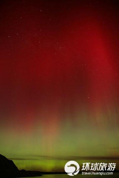 蒂卡普湖上的红色极光