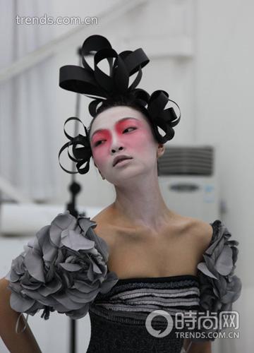 京剧旦角妆容配上欧洲中世纪复古风的造型