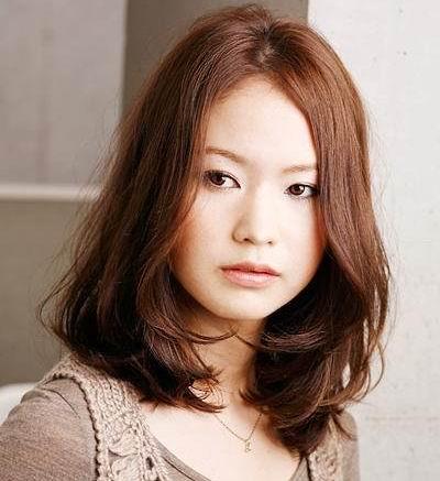 休闲感舒缓中长发:松散的直发搭配中分长刘海,散发柔媚的女性气息图片