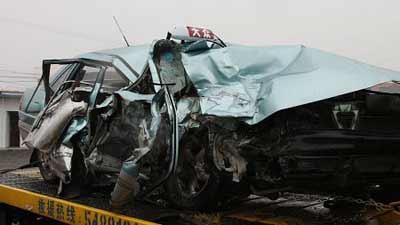 昨日,一辆大众出租车在七宝撞上一辆173路公交车,出租车上人员3死2伤。