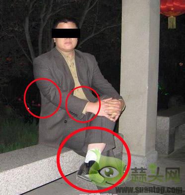 黑皮鞋配白袜子