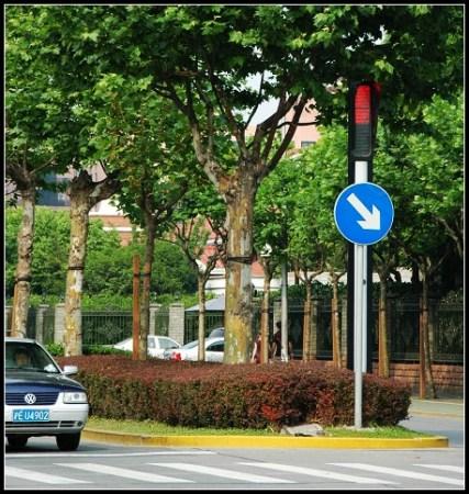 碧云路上的红绿灯与市区的都有所不同-实拍上海最顶级的外国人生活区