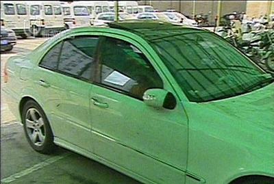 受害人所驾驶的白色奔驰车