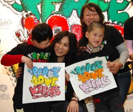 蔡健雅接受孤独症儿童亲手绘制的图画礼物