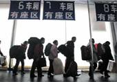 上海站南广场旅客排队进棚候车