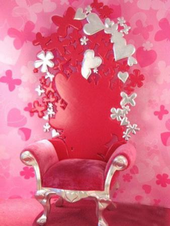 粉红色的宝座,好似象征着走进其中的每一个女人都是这个世界芭比公主