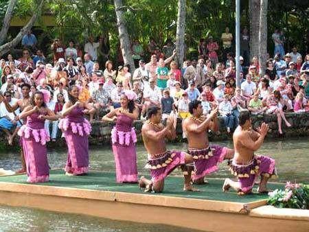 萨摩亚人为游客表演传统舞蹈