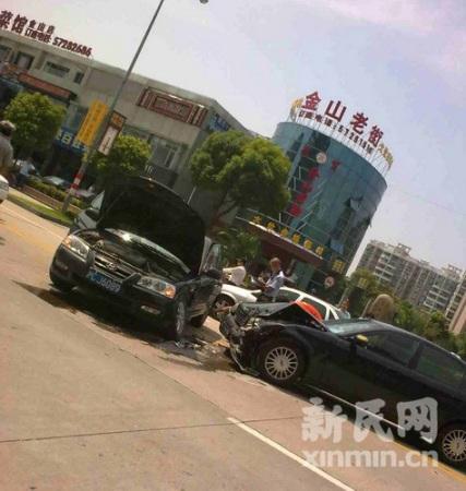 金山区卫清西路两车相撞 物损严重