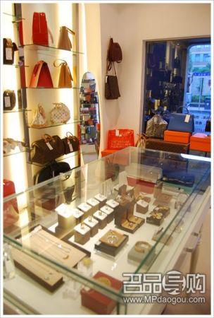 小店除了出售奢侈品之外,另外还有代购,寄卖,包包配饰保养等的服务.
