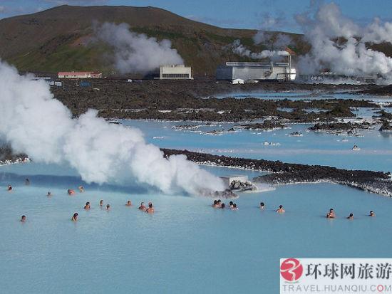 蓝泻湖位于冰岛西南部雷克雅尼斯半岛的格林达维克,距凯夫拉维克国际