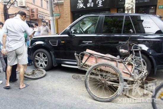 三轮车被夹在两辆机动车当中,车损严重.新民网 萧君玮 威海高清图片