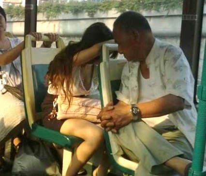 一段老伯公交上明目张胆偷窥美女裸胸的视频