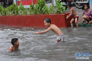 """受""""梅花""""影响 菲律宾首都暴雨成灾"""