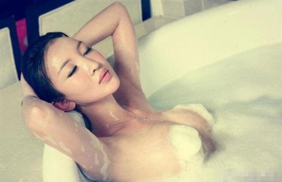 柔和的灯光照在赤裸的身躯上格外性感