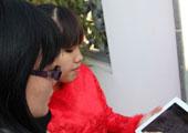 与会美女正在微博签到