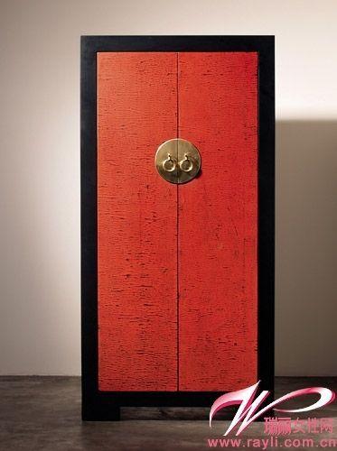 黑色边框与正红是中式家具中柜子的经典颜色,黄铜把手更有传统的图片