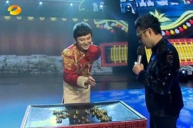 橡皮筋魔术教学图解_魔术扑克牌图解_切人魔术揭秘图解_两根皮筋魔术