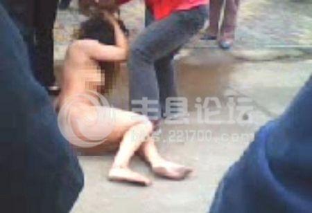 丰县一女子被当街裸体打
