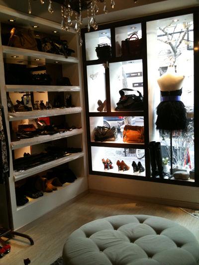 elements boutique 尚元素精品   在茂名北路上必须要去的一家店,这店的装修貌似来自欧式灵感,复古与现代结合。设计的衣服风格简约而不简单,天然的材质搭配利落剪裁,呈现出一种高尚格调,并且偶尔会有大牌的余单和皮包。大爱他们的裙子和小外套。   地址:上海市静安区茂名北路86号   (微博@elements尚元素精品服饰):http://weibo.