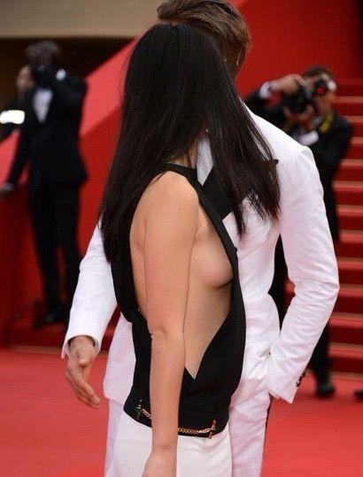 中国女主持人朱珠在戛纳红毯上以豪放的身搭与性感