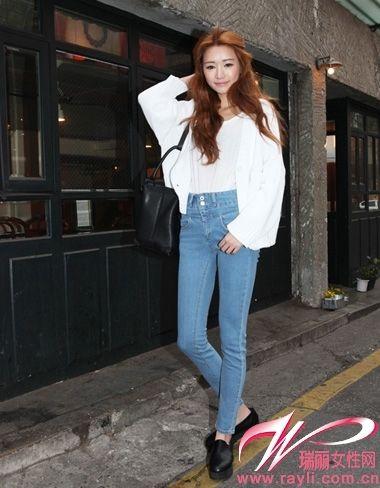 宽t紧身裤对比强烈 打造细腿视觉感 新浪上海-街拍高腰牛仔裤美女 高图片