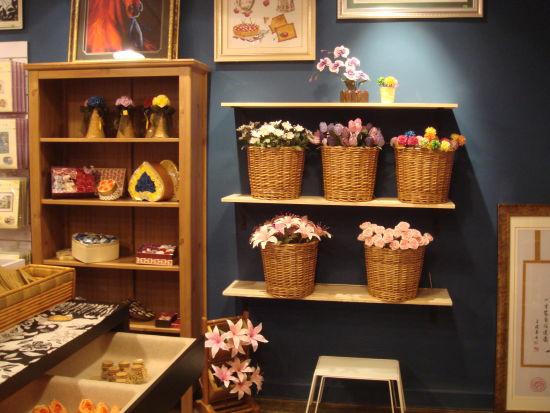 巧手纸形屋   微博链接:http://weibo.com/u/2786549150   地址:上海市卢湾区陕西南路231弄2号202室   纸形屋于1995年间在菲律宾马尼拉创办。在短短2年时间内,迅速在亚洲18个地区开设了纸艺专卖店。   1996,亚太经合会议(APEC)在菲律宾举行,美国总统克林顿和中国国家主席江泽民等国家元首出席了这次大会,纸形屋荣幸的获得了当时菲律宾第一夫人明。拉莫斯的委托,为舆会元首制作了一幅别致趣味的立体投影画,此事广为地传媒报道,一时成了城中佳话。   1997年,纸