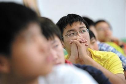 """60位""""小男子汉""""昨日来到市八中学""""男生班""""报到 晚报 何雯亚 现场图片"""