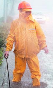 道路养护工人疏通并守护窨井