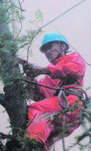 电力抢险工人在抢修电路
