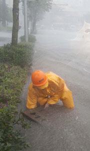 排水人员在疏通下水道