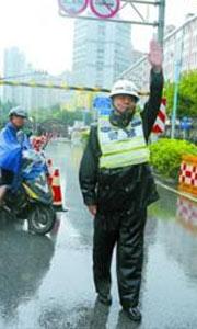交警在复兴中路隧道疏导交通