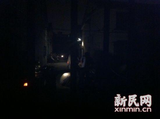 昏暗的灯光,警方在事发地周围拉起了警戒线。新民网记者胡彦珣 现场回传