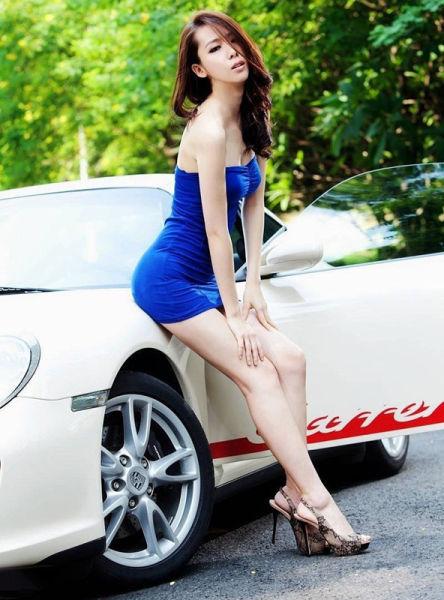 惊艳蓝色 白嫩美模大胆Pose超敢摆