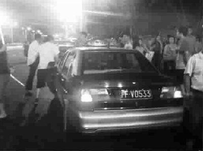 昨晚,世博大道上,出租车司机正与乘客谈价钱 房浩 摄