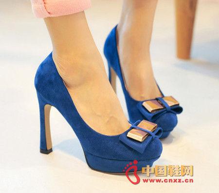 驾驭今年最流行的鞋 修长美腿易展现