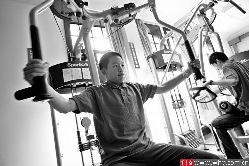 男生班学生在健身房里锻炼肌肉。本版摄影 记者 吴恺