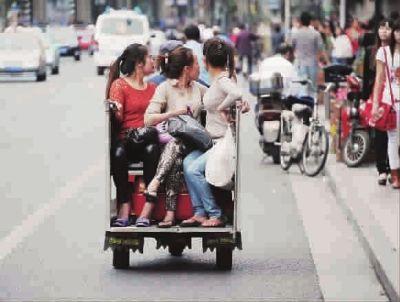 四川北路黑三轮非法营运小小空间挤三个人(图)
