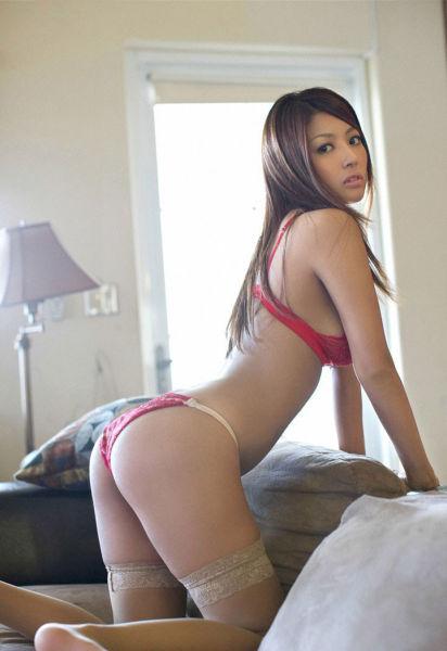 90性感美女诱人姿势_尹恩惠烟熏妆性感拍广告秀修长美腿姿势诱人