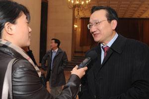 代表徐建光接受媒体记者采访
