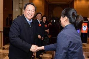 俞正声驻地迎接上海代表抵京