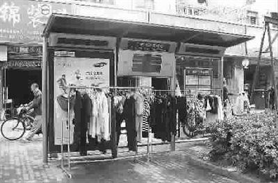上海公交车站被人开发为晾晒衣物风水宝地(图)