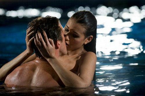 让女人容易发情的地点:泳池里的如水柔情
