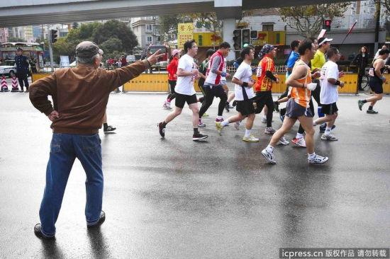 上海老人用走你手势为马拉松选手加油(图)