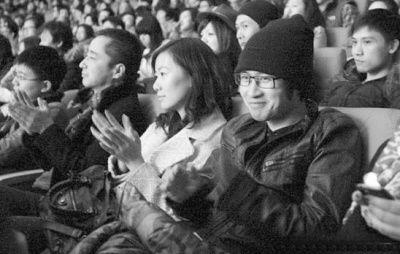 韩寒偕妻子看话剧。