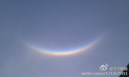 申城微笑彩虹实为罕见的幻日弧光(图片来自新浪微博网友)