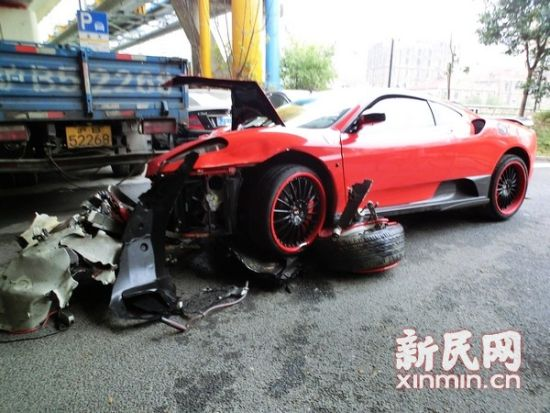 图说:法拉利右侧车轮脱落,车头几近报废。新民晚报·新民网记者 左妍 摄