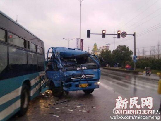 嘉定区嘉松中路华丹路口一辆公交车与一辆电瓶车发生碰撞。网友供图