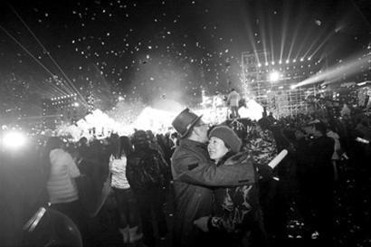 昨晚的外滩新年倒计时吸引了众多游客迎新 晨报记者 杨眉 摄