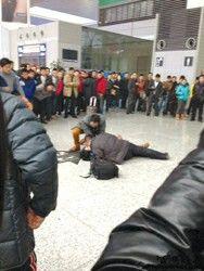 图片说明:虹桥火车站救援现场,医生和旅客在给患者做心肺复苏急救。 (微博照片,网友丢丢0521提供)