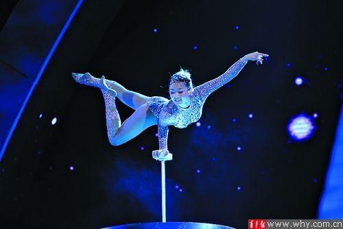 王君如在决赛中增加比赛难度,优雅身姿征服观众。